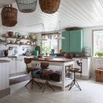 mobili in legno in contrasto con il verde e dettagli d'arredo shabby