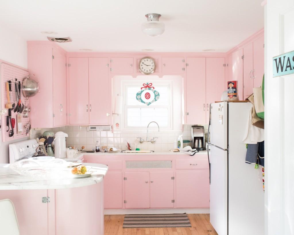 Cucina pastello rosa con mobili lucidi arredamento shabby - Cocina rosa ...