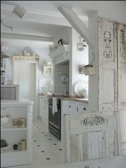 Ecco com 39 una casa arredata completamente di bianco - Cucina total white ...
