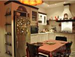 Cucina coloniale L'arte di Mastro Geppetto con la cappa in muratura