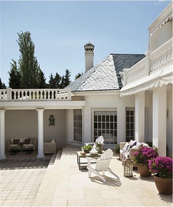 Lo stile di arredo di una casa a madrid ai mobili for Esterno in stile country francese