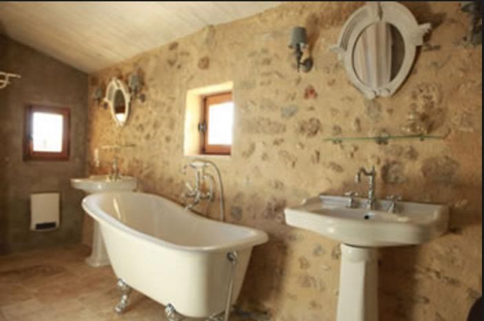Bagni provenzali e piastrelle in nuance delicate e romantiche