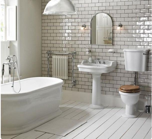 Con il bagno grigio chiaro gioca tantissimo con gli accessori