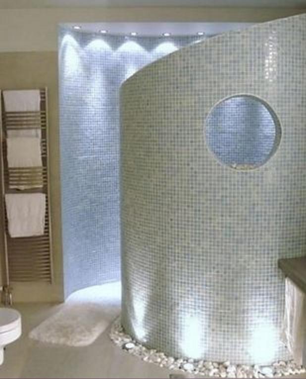 Il bagno moderno con il mosaico potrebbe essere un\'ottima soluzione