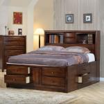 Camera da letto classica in noce con cassetti