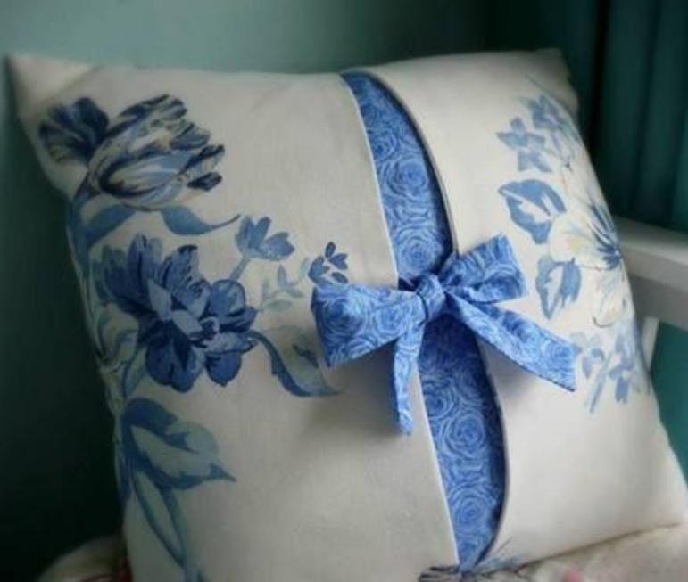 Cuscini provenzali per sedie fantasie e colori tipici for Sedie blu cucina