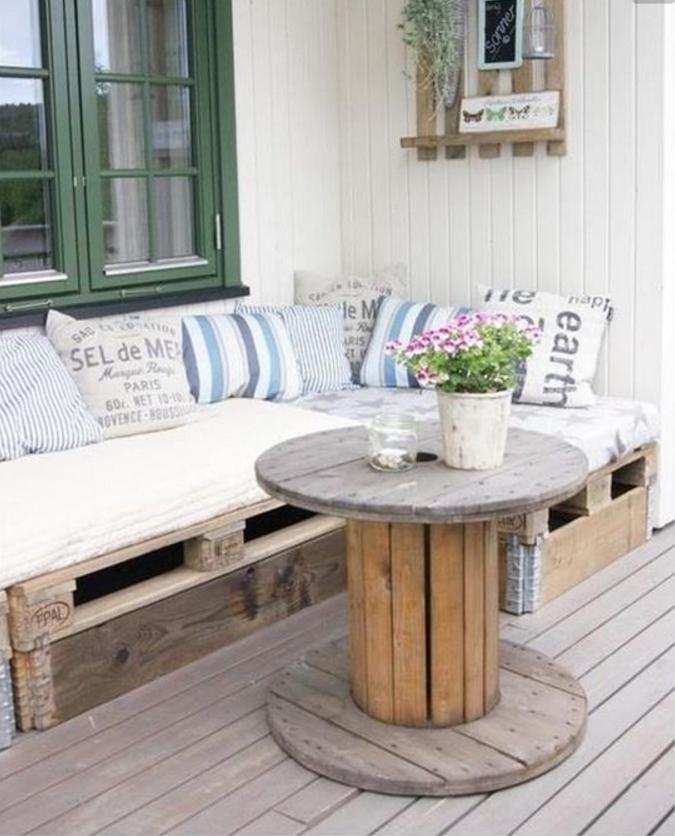 Come arredare gli interni e gli esterni di casa con i for Bancali legno per arredare