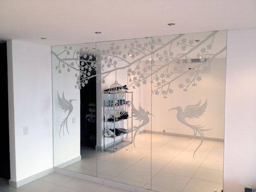 Dividi gli spazi di casa con pareti divisorie in vetro decorato - Pareti a specchio ...
