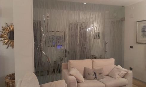 dividi gli spazi di casa con pareti divisorie in vetro decorato - Dividere Cucina Dal Soggiorno Con Vetro 2