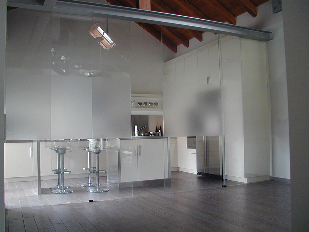 Dividi gli spazi di casa con pareti divisorie in vetro decorato for Pareti divisorie mobili per interni