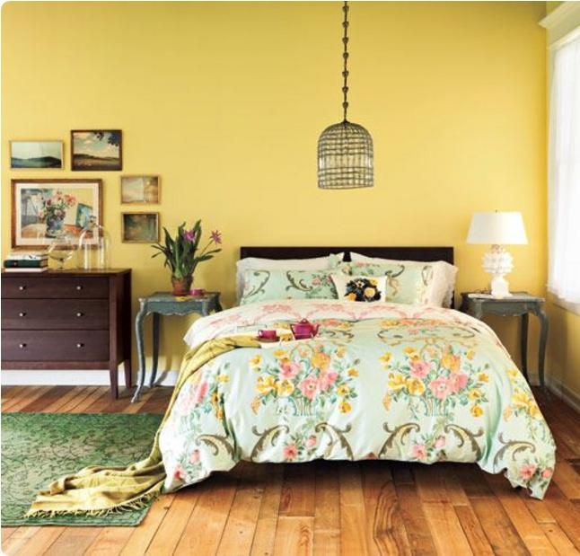 Pareti gialle in camera da letto per un\'atmosfera shabby