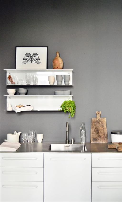 le pareti grigie in cucina sono in tono con lo shabby chic
