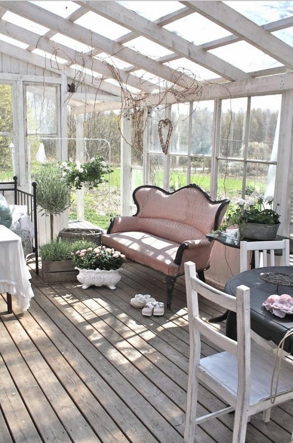 Scegli una veranda in legno e vetro e arredala in stile shabby for Casa in stile ranch con veranda