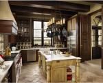 Cucina a vista con isola: legno chiaro