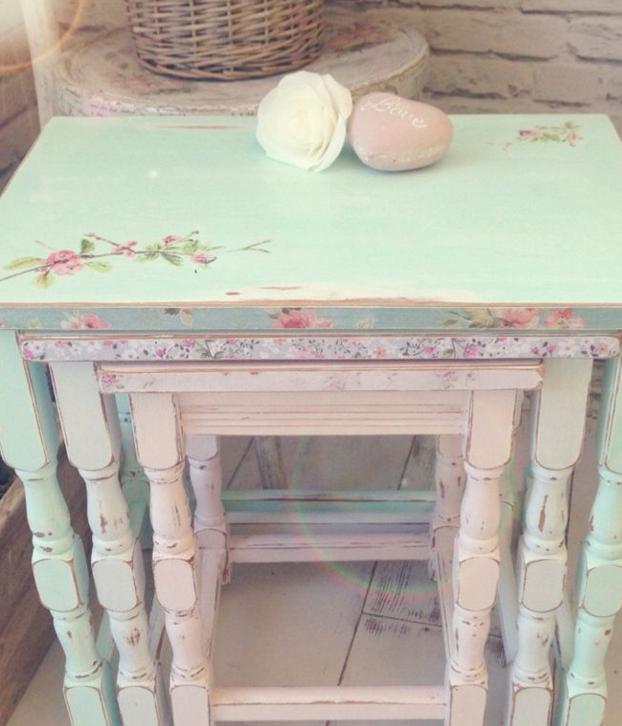 Per il decoupage sui mobili in legno scegli colori brillanti