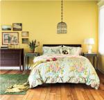 Pareti gialle e comodini